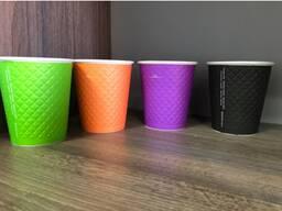 Бумажные стаканы для холодных и горячих напитков.