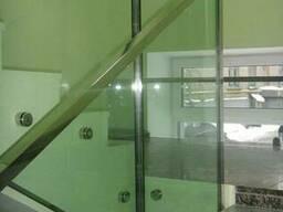 Перила со стеклом в современном интерьере