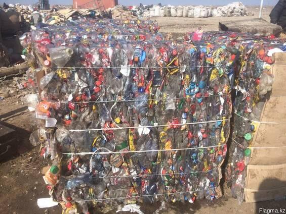 ПЭТ бутылки прессованные сортированные по цветам бело-голубы