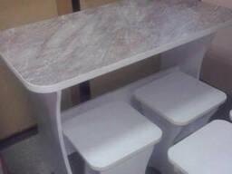 Стол обеденный и табуретки
